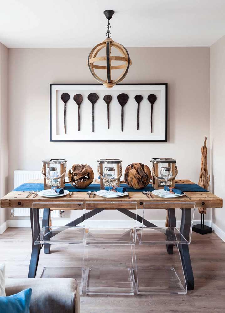 As cadeiras de acrílico também aceitam muito bem o mix de materiais, aqui, por exemplo, elas se combinam a rusticidade da mesa de madeira de demolição