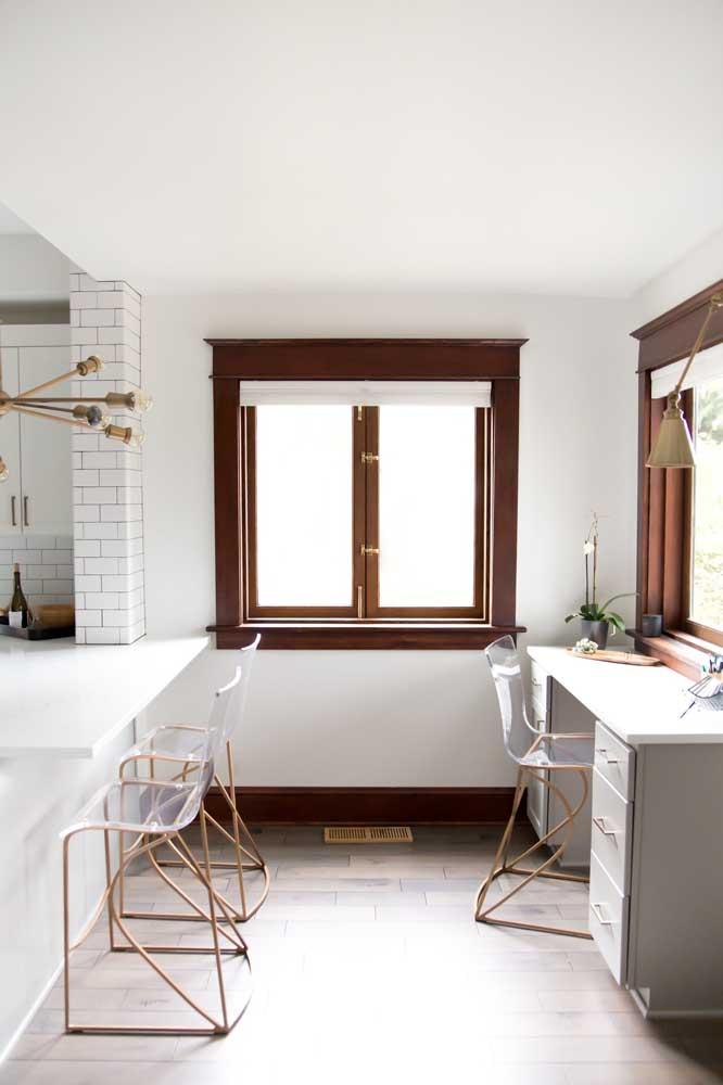 Banquetas altas de acrílico com base em tom de cobre para o balcão e a escrivaninha