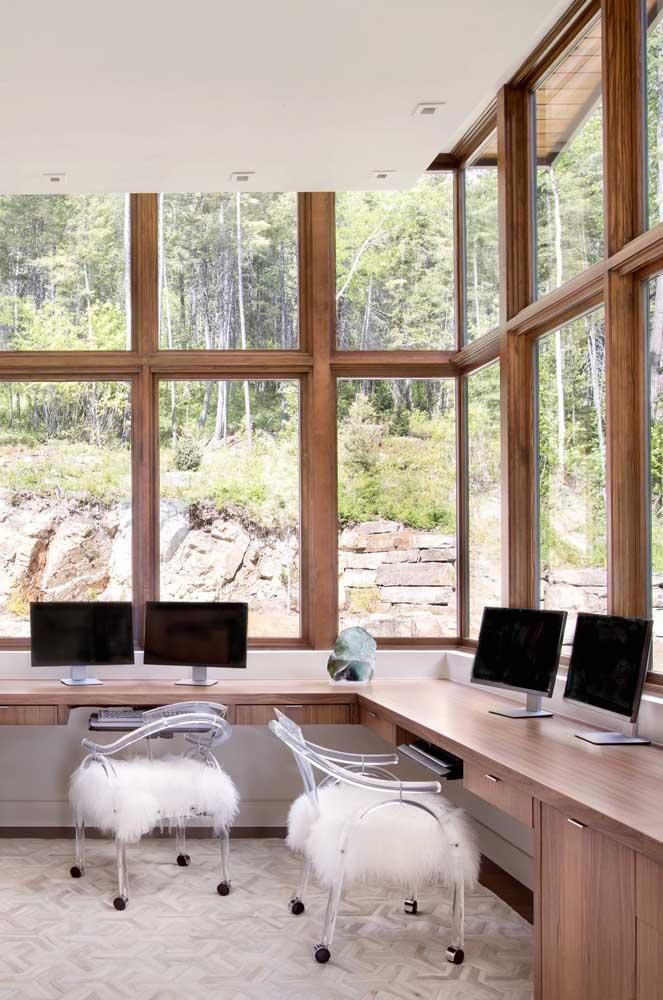 Nesse escritório, as almofadas de pelúcia completam o visual das cadeiras de acrílico