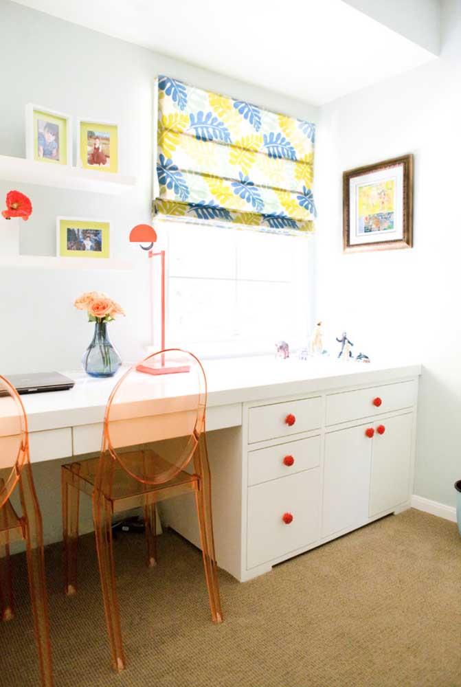 Cadeira de acrílico laranja para a mesa de trabalho; charme, elegância e modernidade ao projeto