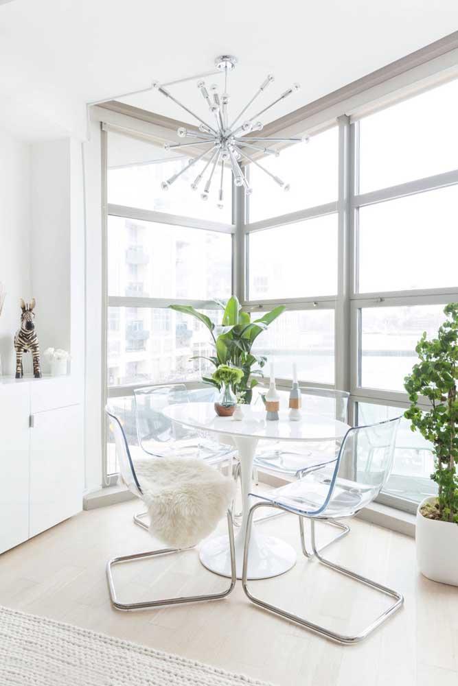 Aqui, a transparência das cadeiras de acrílico forma uma combinação perfeita com a parede de vidro inundando o ambiente de luz