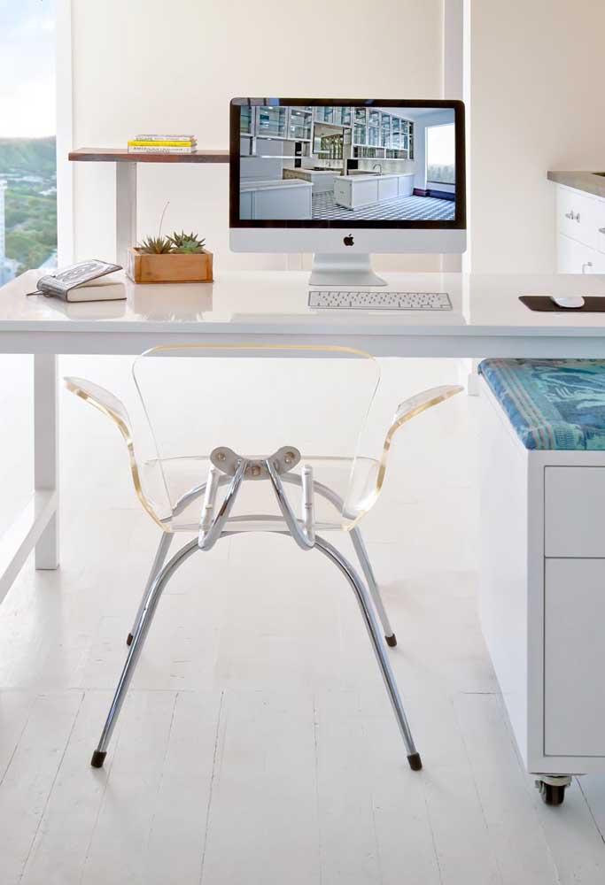 Para um escritório clean, nada melhor do que uma cadeira de acrílico transparente
