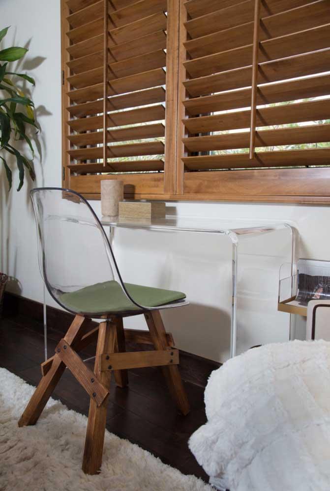 Estilizada, essa cadeira Eames Eiffel ganhou base de madeira rústica e assento em acrílico transparente combinando com a escrivaninha