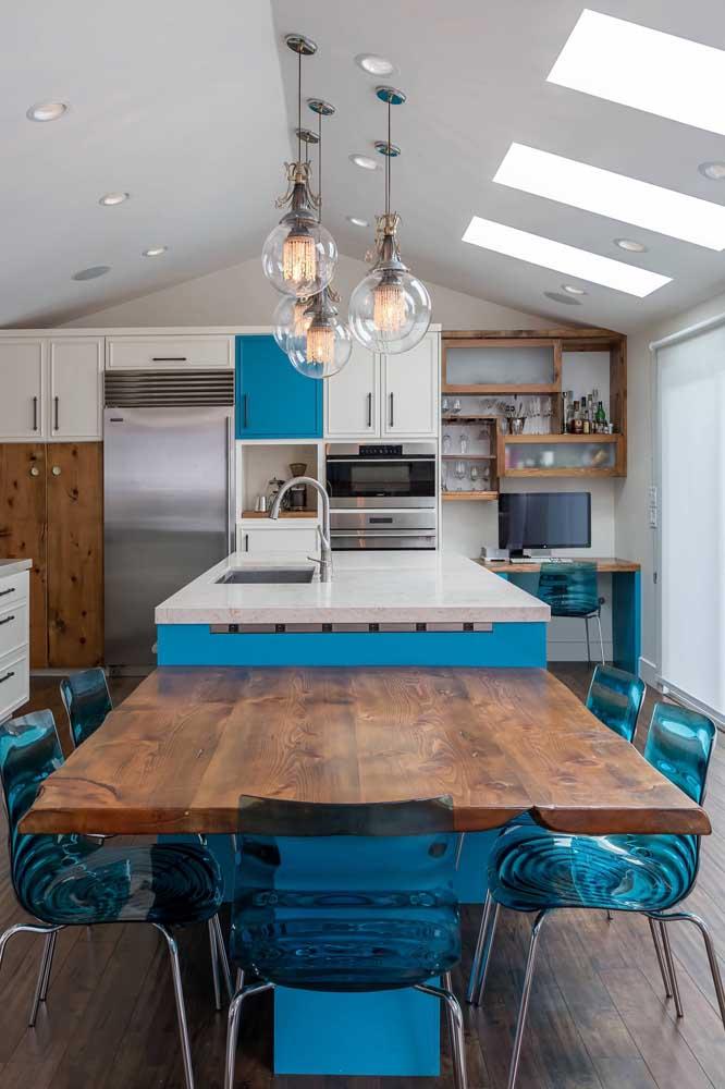 Linda opção de cadeiras de acrílico azul para a cozinha de estilo gourmet