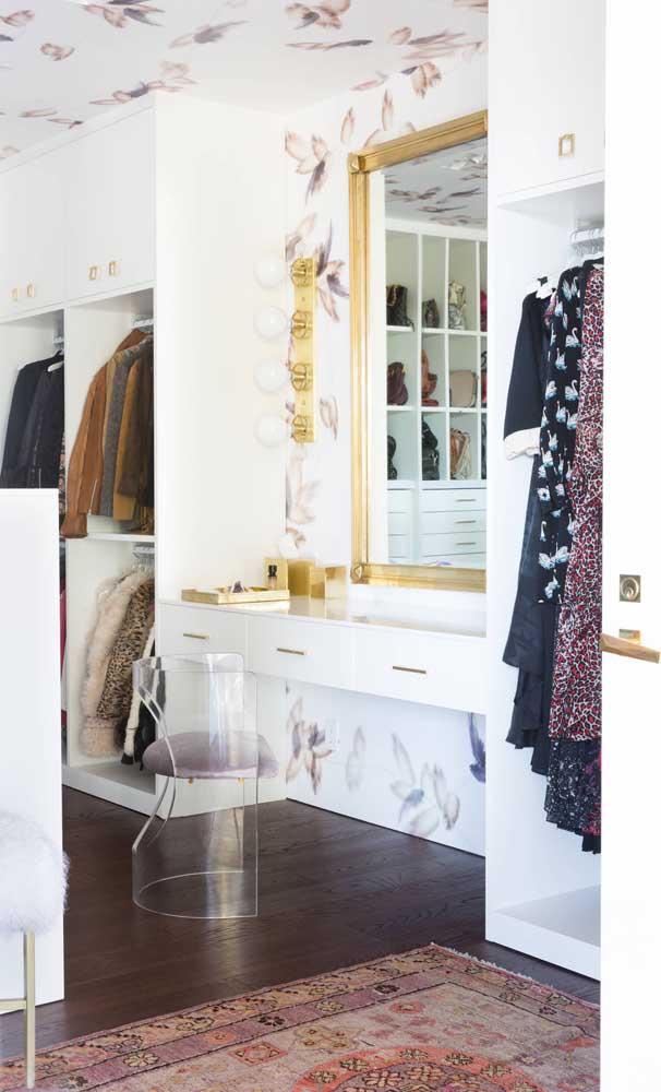 No closet, a cadeira de acrílico acompanha a penteadeira