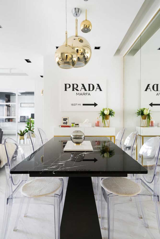 Um luxo esse ambiente com mesa de tampo de mármore e cadeiras de acrílico transparente