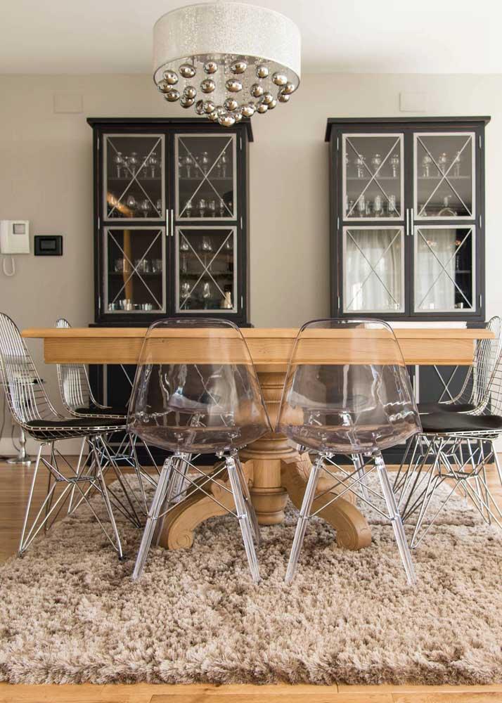 De um lado, cadeiras de acrílico Eames Eiffel, do outro, o mesmo design, só que em uma versão aramada