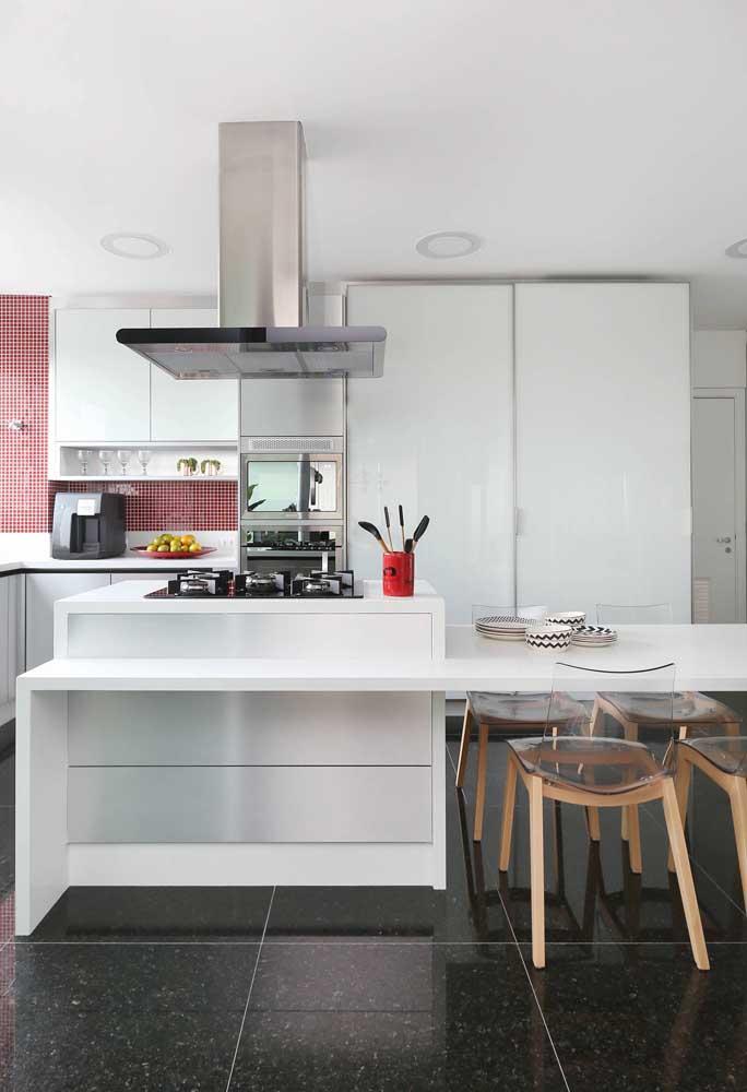 Cozinha gourmet com cadeiras de acrílico, repare nos pés de madeira formando contraste na peça