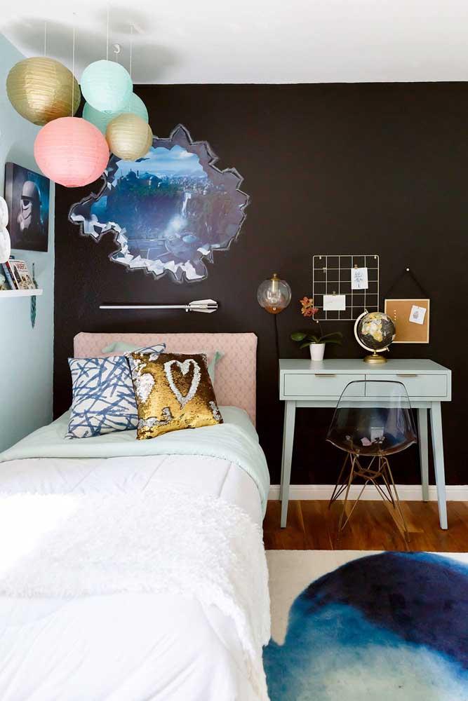 Quarto juvenil com cadeira de acrílico transparente; aqui, a tonalidade escura da parede evidenciou a cadeira