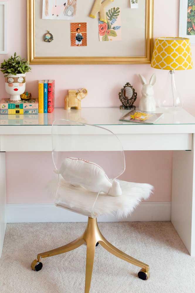 Os pés dourados da cadeira de acrílico garantiram o toque de glamour e sofisticação à peça