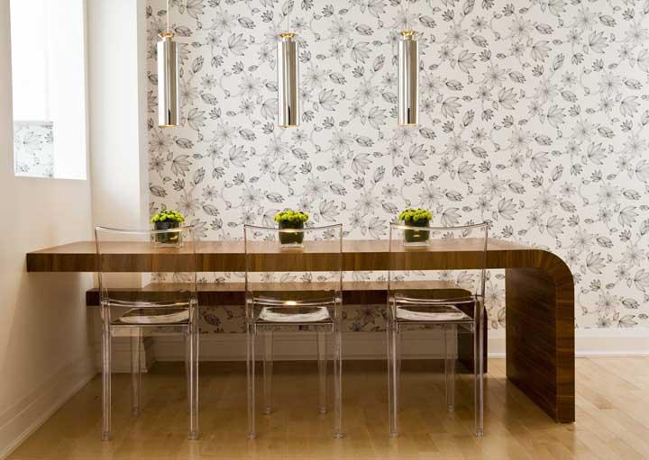 Uma mesa balcão estilosa e cheia de charme com as cadeiras de acrílico transparente