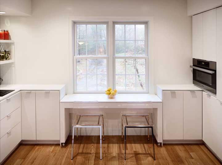Repare que a luminosidade que entra pela janela praticamente disfarça as cadeiras de acrílico no ambiente