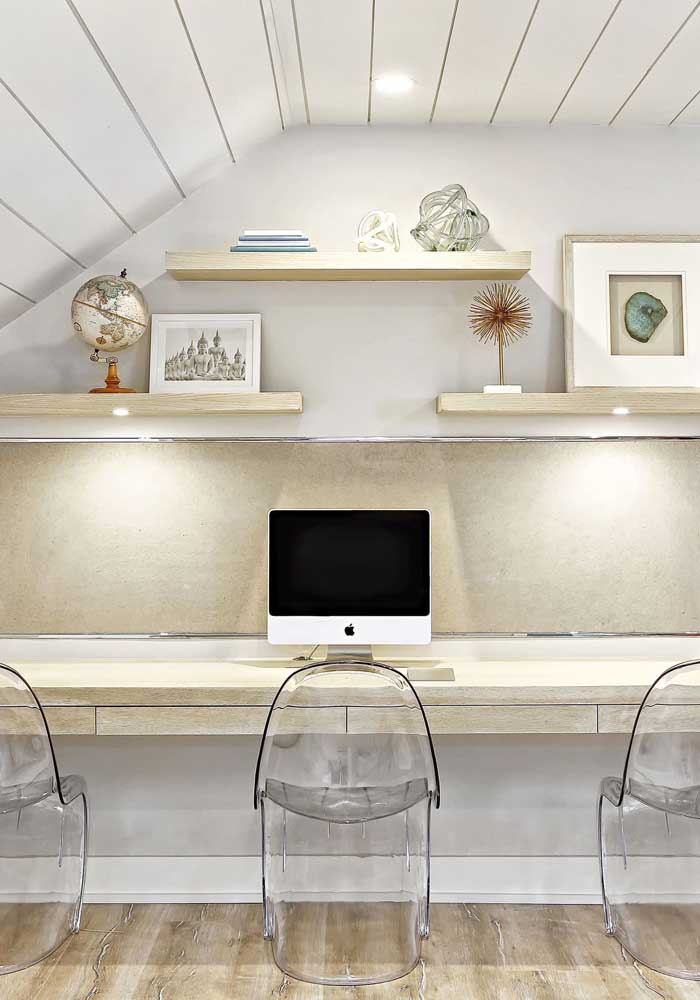 Escritório clean e moderno com cadeiras de acrílico transparente