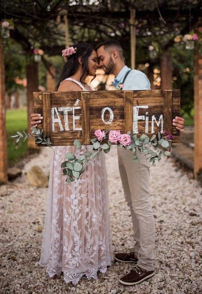 Plaquinha de casamento em madeira com detalhes floridos para as fotos do ensaio