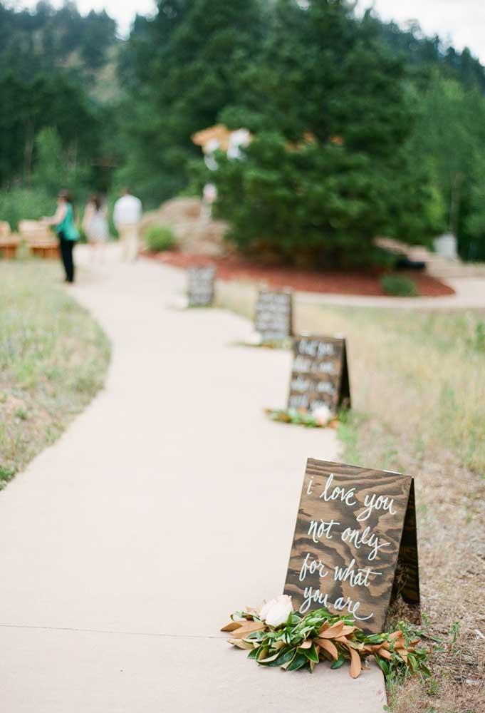 Plaquinhas de casamento românticas distribuídas ao longo do caminho para a cerimônia