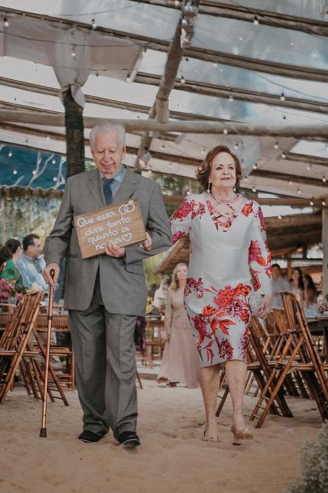 Muito fofa essa plaquinha de casamento em MDF para acompanhar a entrada dos avós dos noivos