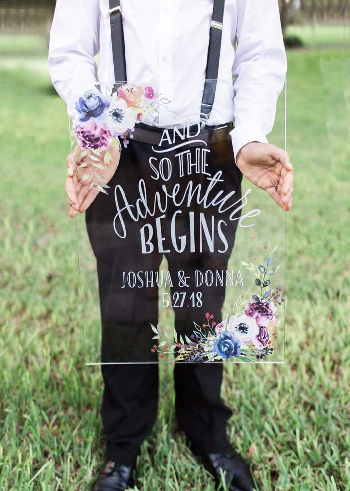 Linda e delicada: essa plaquinha de casamento para a cerimônia trouxe a frase estampada em uma placa de acrílico
