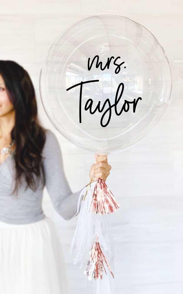 No lugar da plaquinha de casamento foi escolhido esse lindo balão transparente personalizado
