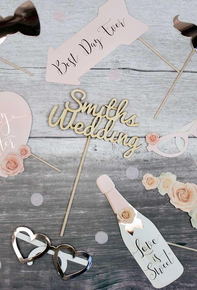 Plaquinhas de casamento produzidas em tons delicados em contraste com o dourado metálico