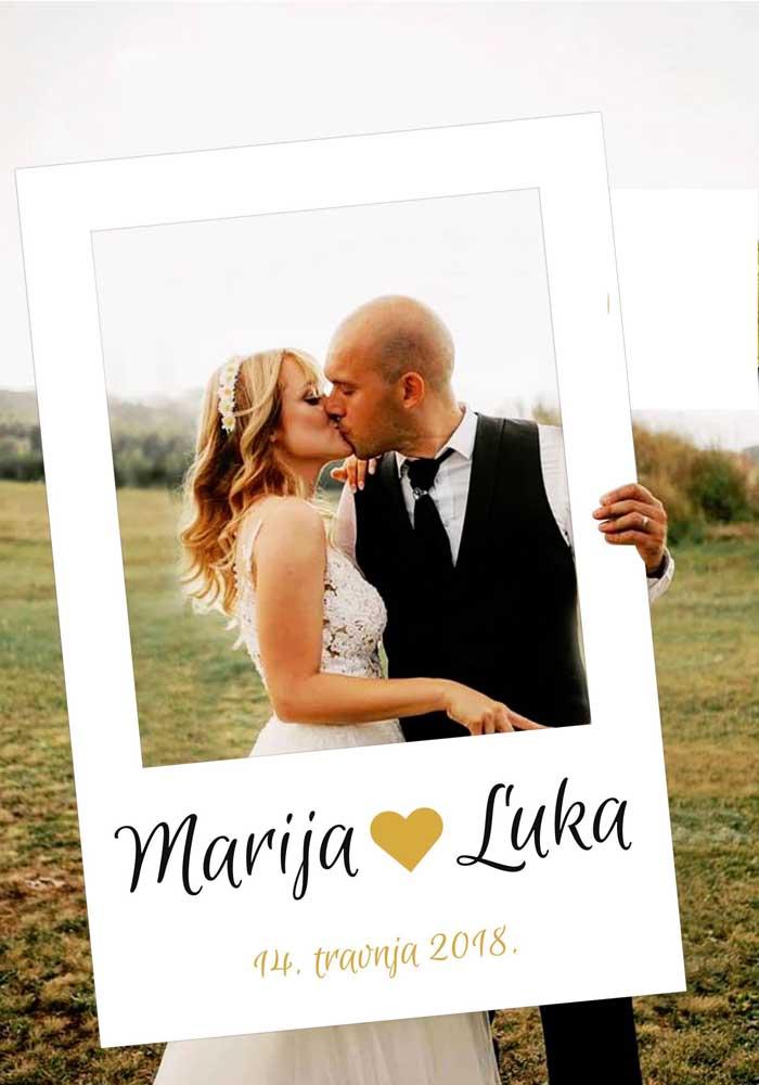 Um charme essa plaquinha de casamento que imita uma foto do tipo Polaroid