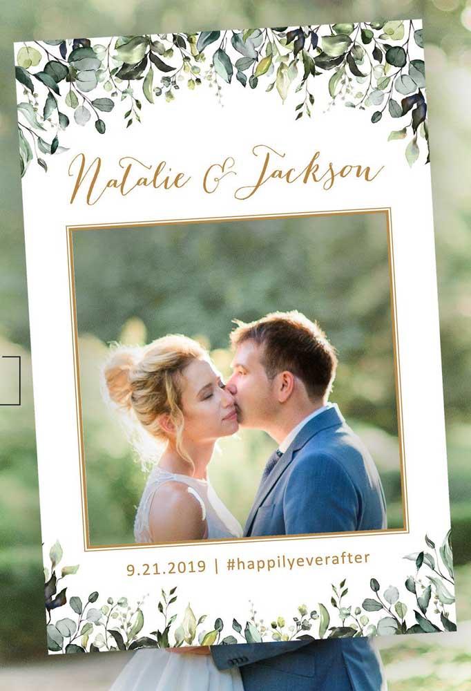 Mais uma inspiração de placa personalizada para as fotos com nome dos noivos, data do casamento e hashtag para marcar as fotos