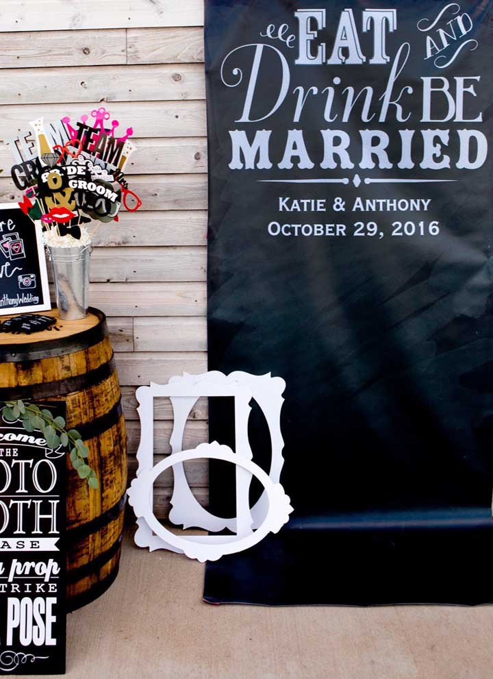 Aqui, foi criado um painel exclusivo para as fotos do casamento e, para acompanhar, as plaquinhas, claro!