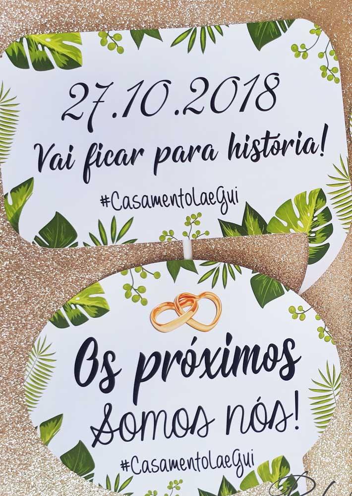 Inspiração de placas de casamento com frases alegres e um fundo tropical, provavelmente seguindo o estilo da festa