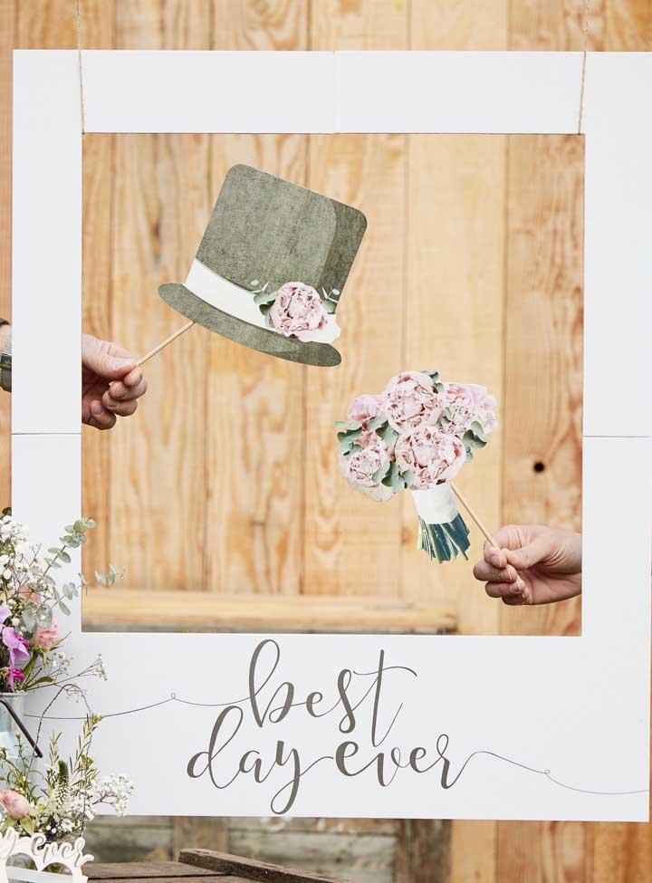 Placa de casamento para fotos com moldura, junto dela ideias bacanas de plaquinhas delicadas e divertidas