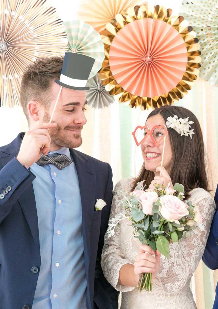 Uma boa ideia é escolher itens diversificados, como óculos, chapéus e bigodes para fazer as plaquinhas do casamento