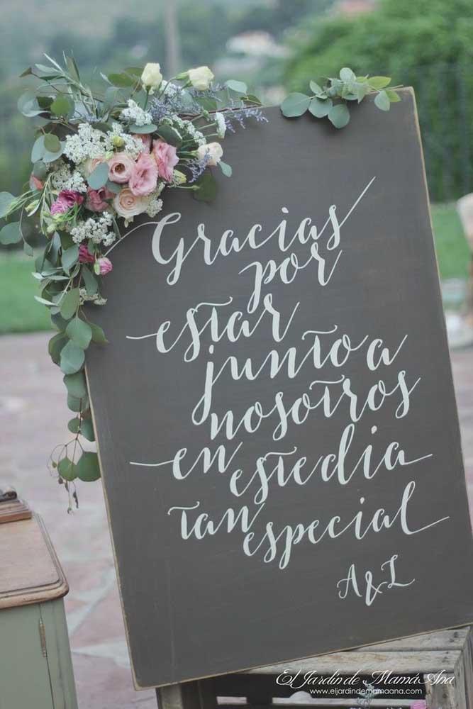 Plaquinha de casamento em lousa para recepcionar os convidados; destaque para o estilo das letras utilizadas