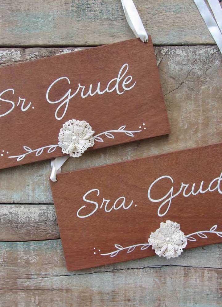 Plaquinhas para marcar os lugares dos noivos na festa; uma sugestão divertida e bem humorada
