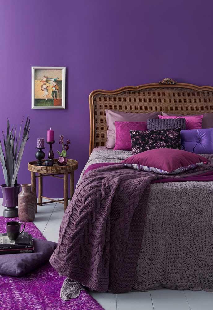 Diferentes tons de roxo foram usados na decoração desse quarto, fazendo uma perfeita combinação entre eles.