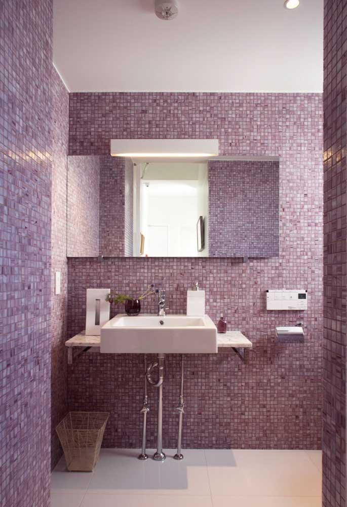 Que tal escolher o revestimento do banheiro no tom de roxo claro? O tom deixa o ambiente mais clean e chique ao mesmo tempo.