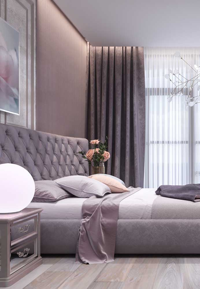 Uma das combinações mais perfeitas é usar o tom de roxo com a cor cinza. A mistura deixa o ambiente mais imponente e digno de realeza.