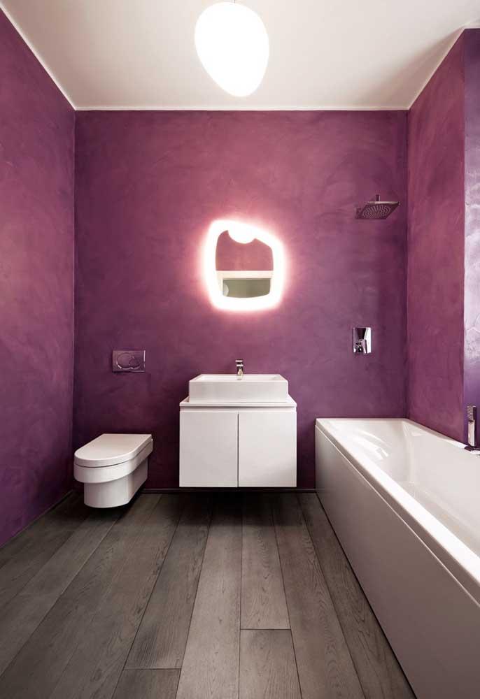 O que acha de fazer um banheiro roxo para sua casa? Para isso, use a cor diretamente na parede do cômodo.