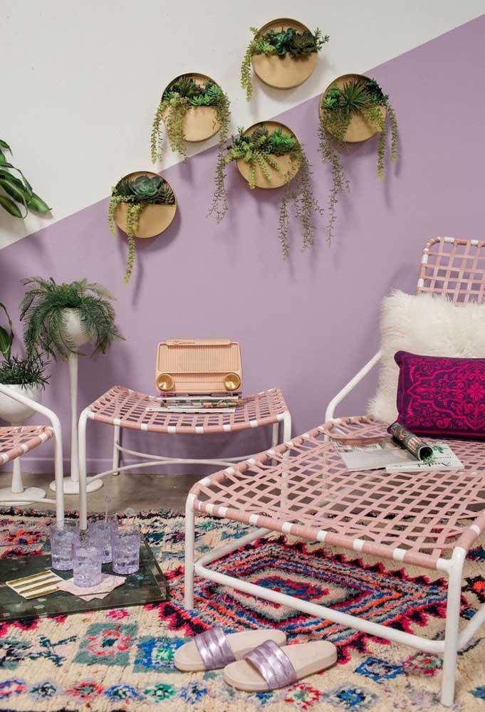 Quer um ambiente mais colorido? Misture diferentes tons de roxo com outras cores. Uma boa opção é usar tapetes coloridos.
