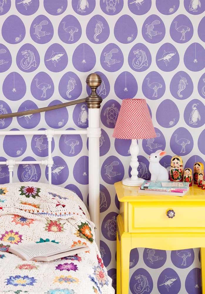 O papel de parede roxo fica perfeito para quartos infantis, principalmente, com desenhos animados.