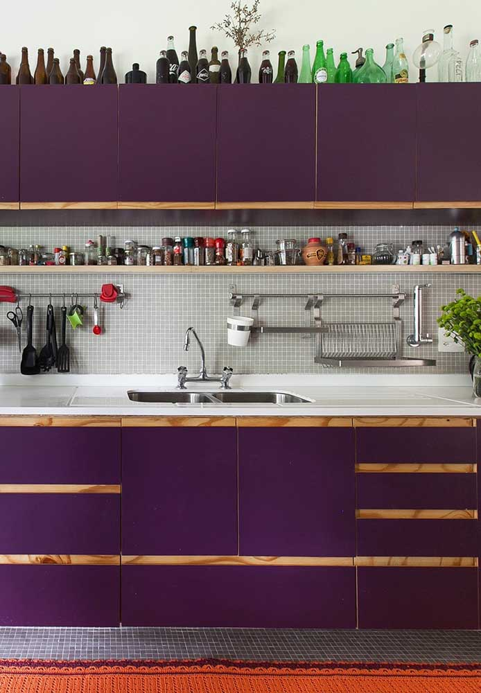 Que tal apostar em uma cozinha com tons roxo? Nesse caso, você pode usar os tons na hora de escolher os móveis do ambiente.