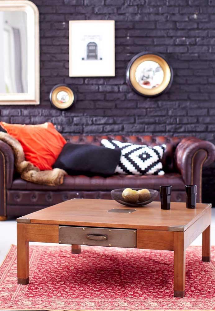 O fundo roxo deixa o ambiente mais enigmático, principalmente, quando se usa móveis nos tons mais escuros ou de madeira.