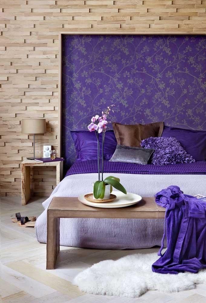 Ao invés de fazer uma parede com a cor roxa, você pode apenas apostar no painel da cama nesse tom.