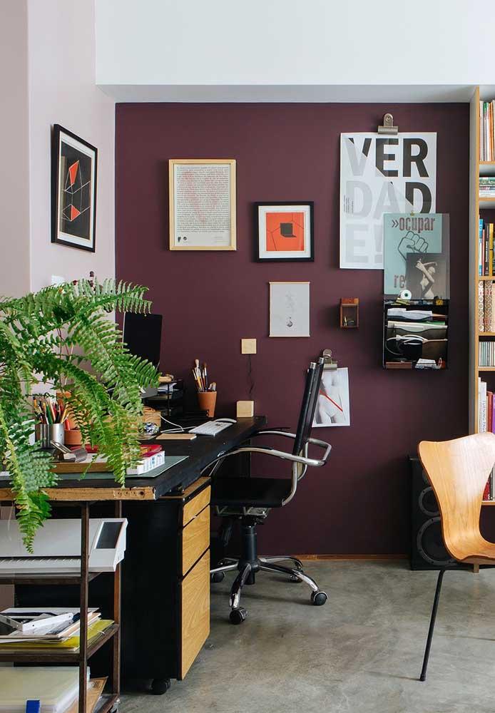 Você deseja ter um ambiente mais criativo e que transmita inspiração? Invista nos tons de roxo escuro.