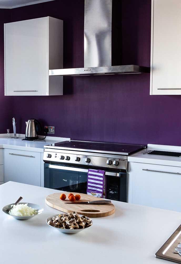 Na cozinha você pode usar a cor roxa na parede do ambiente, pois como a cor é forte, os móveis se destacam no cômodo.