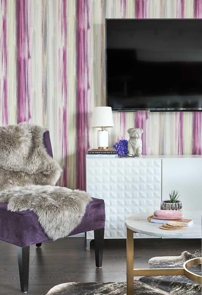 Olha o luxo dessa poltrona na cor roxa. Para completar a decoração, invista em papel de parede que segue os mesmos tons.