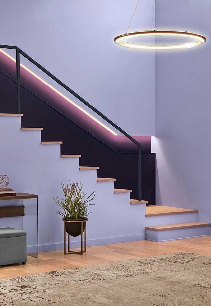 O cantinho da escada pode se destacar com a cor roxa e uma boa iluminação na área.