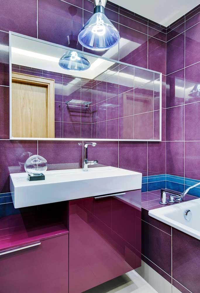 Para deixar o banheiro mais luxuoso e sofisticado, decore com diferentes tons de roxo.