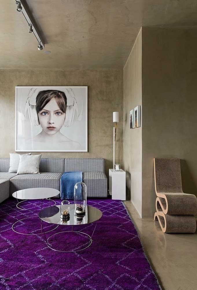 Olha a perfeita combinação de tons neutros com a cor roxa na sala de estar.