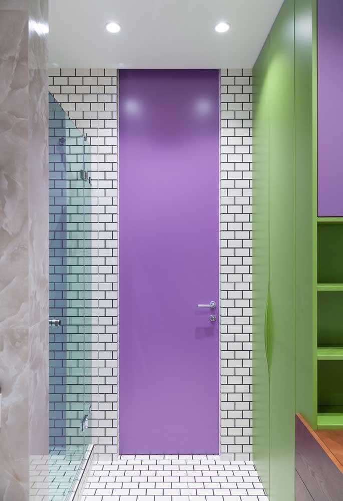 Que tal apostar em apenas um detalhe na cor roxa? Pode ser a porta, a janela, um tapete ou um objeto de decoração.