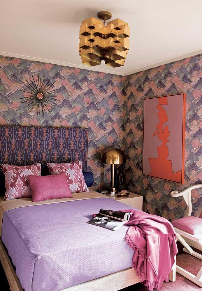 Os tons de roxo foram usados em diferentes itens decorativos do ambiente do quarto, deixando o cômodo mais luxuoso.