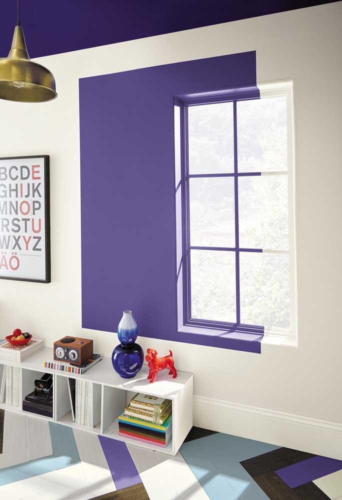 Que tal fazer uma pintura nesse estilo? Uma mistura das cores roxa e branca em uma mesma parede.