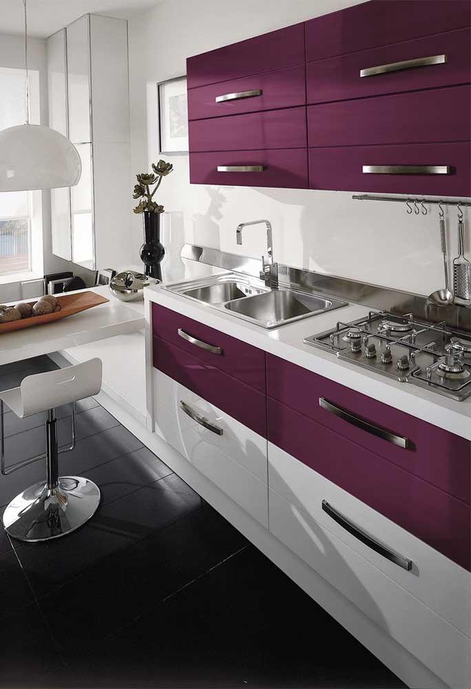 Mais uma vez a mistura das cores branca e roxa, só que agora presente no armário da cozinha.